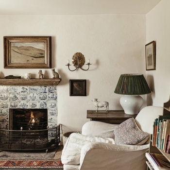 Fall is here! Who else is ready to curl up with a good book in their favorite reading corner? 🕯And of course, you can't read without good lighting 🕯  Shop our beautiful collection of lighting in store and online. We offer a wide range of antique and reproduction, sconces, lanterns, and chandeliers.  Cozy interior inspo via @robertkime  • • • • #interior123  #designdetails #interiordesign #homerenovation #interiordesigncommunity #designinterior #interiordesigner #homedesign #luxuryhome #interiorinspo #fallinspo #homedecor #cottagestyle #homeinspiration #homeinspo #homestyle #renovation #interiorliving #luxuryhomes #interiorstyling #luxurylifestyle #instadesign